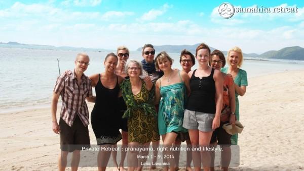 Vuoden 2014 onnellinen ryhmä Samahitan rannalla.